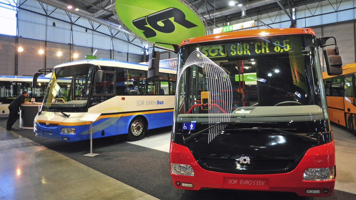 SOR Libchavy s modely elektrobusu (vlevo) a autobusu s hybridním diesel-elektrickým pohonem