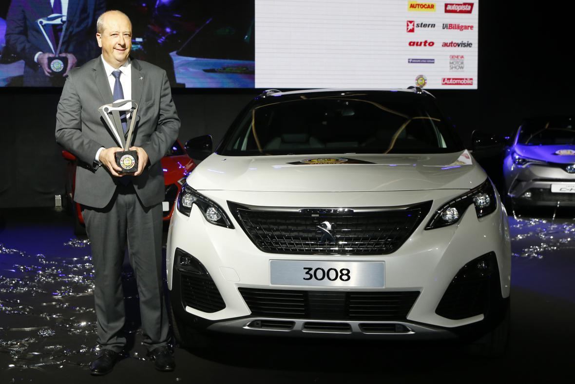 Na snímku šéf značky Peugeot Jean-Philippe Imparato pózuje s cenou pro vítěze.