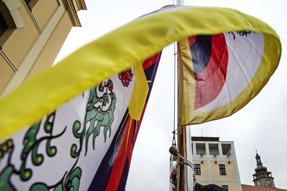 Vlajka Tibetu vyvěšená v pátek 10. března 2017 před hejtmanstvím v Hradci Králové