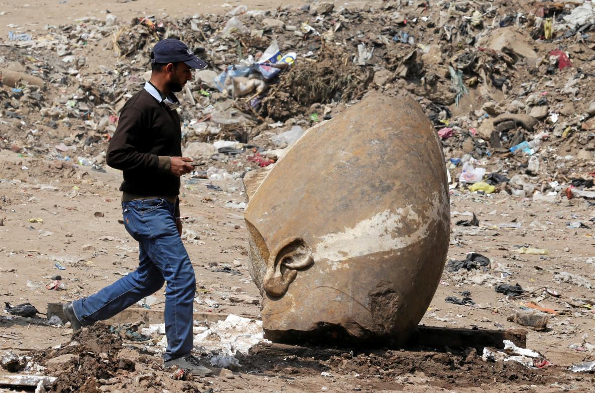 část sochy Ramesse II. nalezená v Káhiře