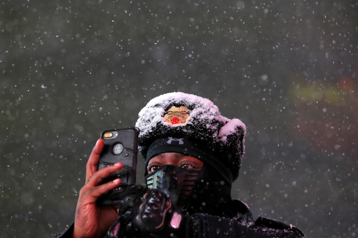 Odklízení čerstvého sněhu na schodech náměstí Times Square v Manhattanu 14. března. Na východ USA se podle předpovědí blíží sněhová bouře Stella.