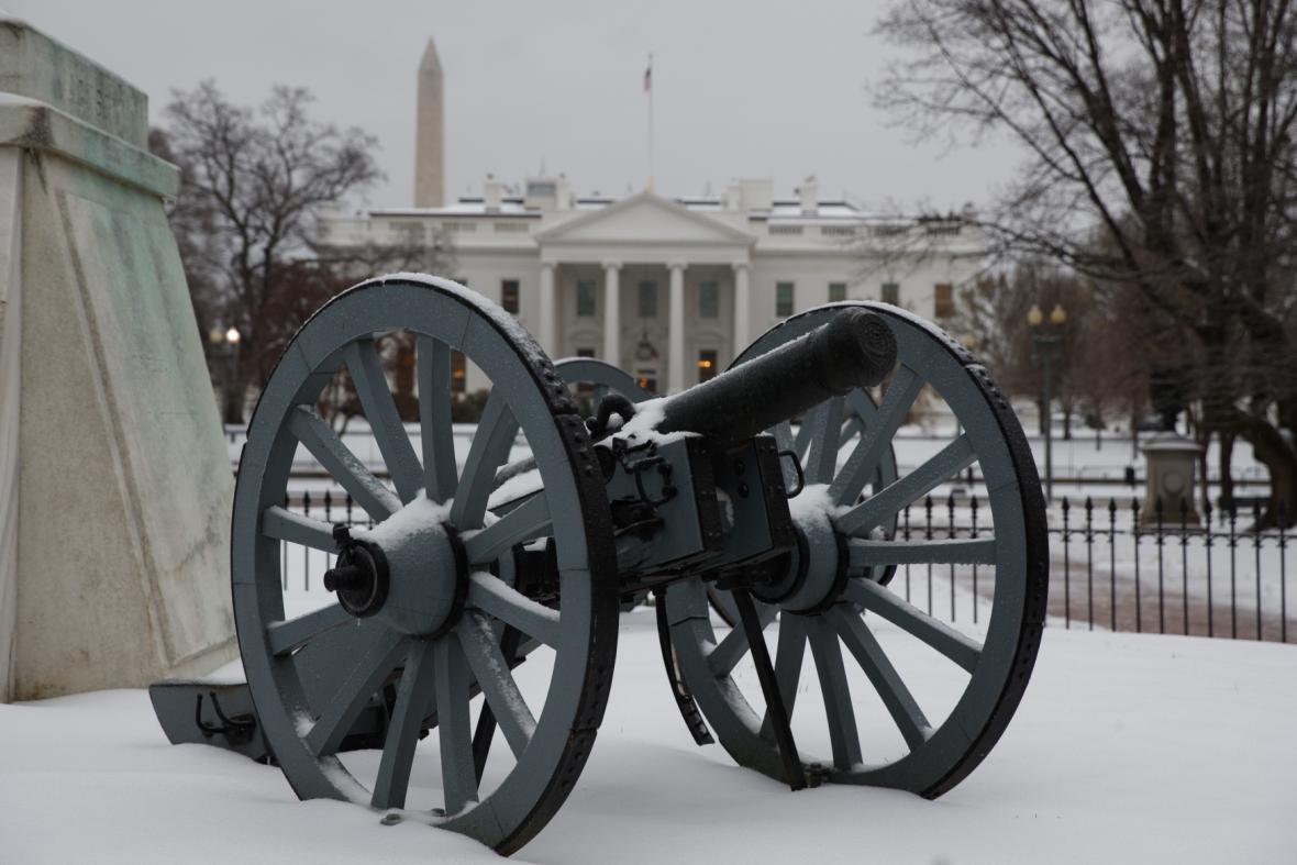 Zasněžené okolí Bílého domu