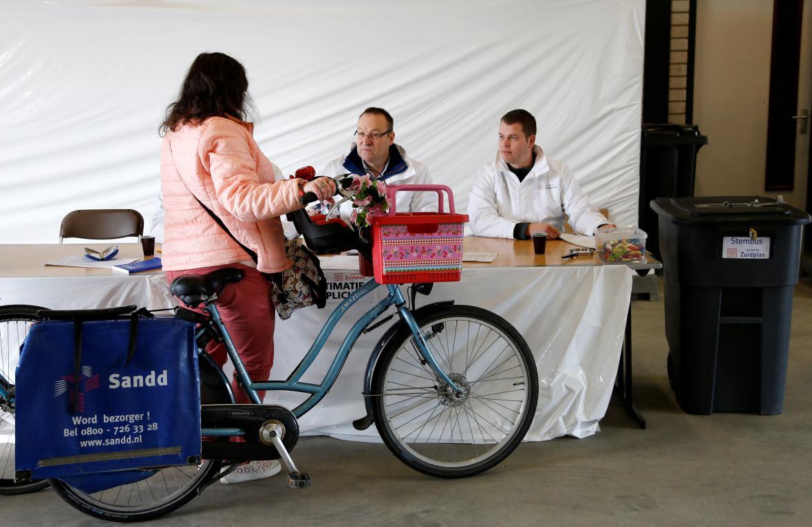 Volička ve volební místnosti pro cyklisty