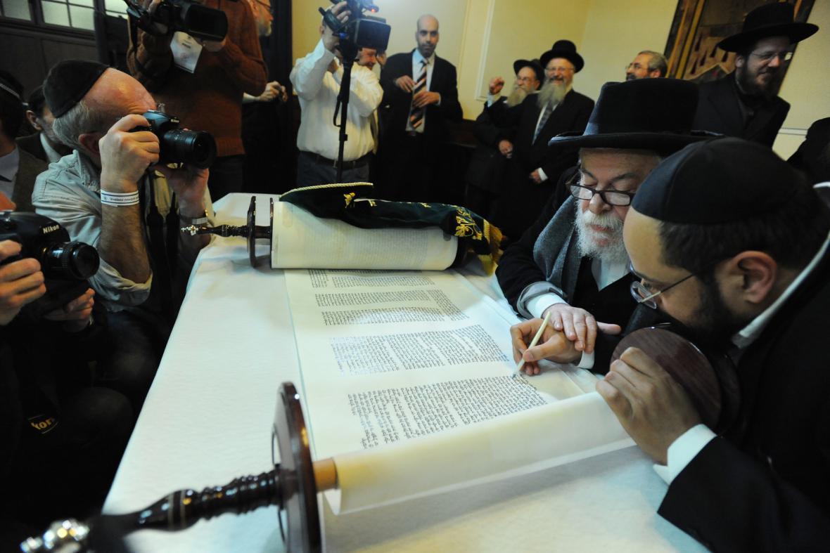 Nový svitek tóry byl dokončen ve velkém sále Židovské radnice v Praze na Josefově