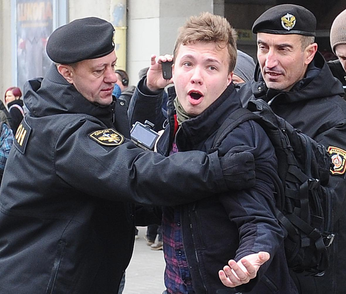 Běloruští policisté a demonstrant