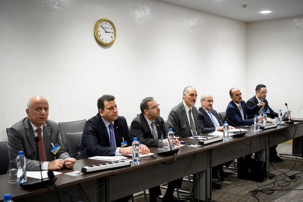 Vládní delegace před začátkem pátečních rozhovorů
