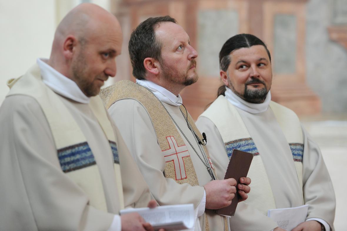 V pražském Břevnovském klášteře byl vysvěcen nový biskup české starokatolické církve Pavel Benedikt Stránský (uprostřed).