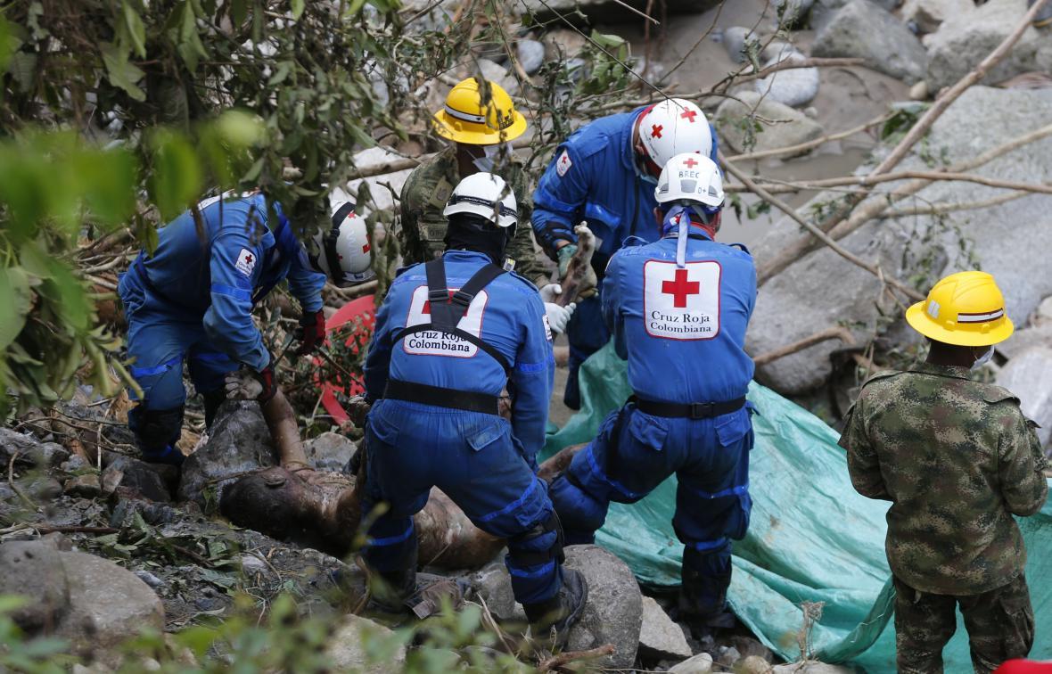 Záchranáři zasahují po sesuvech půdy v Kolumbii