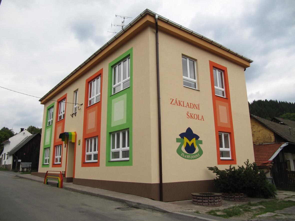 Budova základní školy v Janové