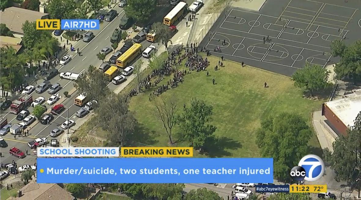 Záběry místní televize při evakuaci žáků