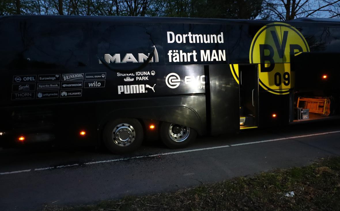 Poškozený autobus týmu Borussie Dortmund