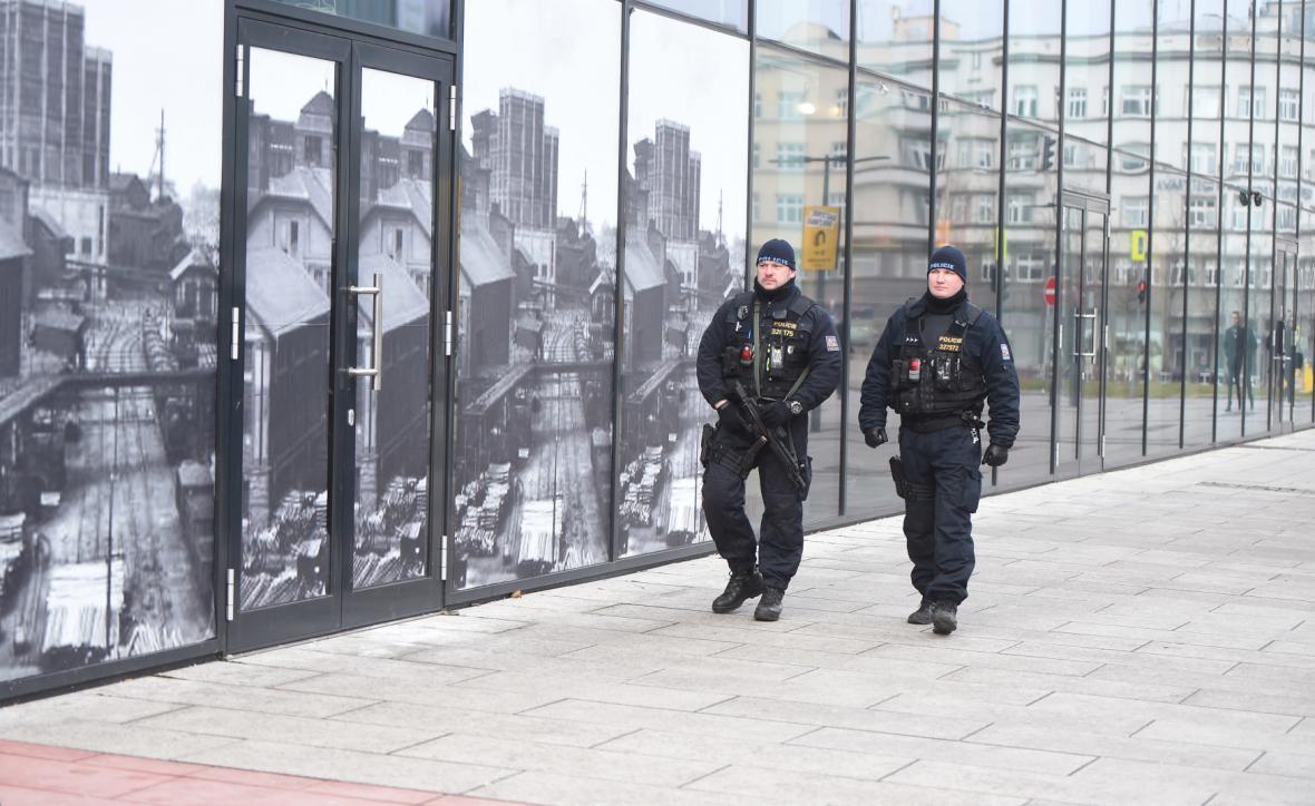 Policisté se samopalem