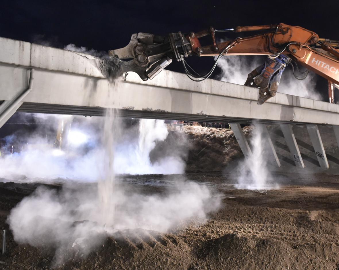 Bourání dálničního mostu u Měšína