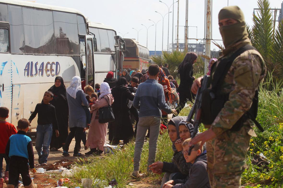 Rebelové dohlížejí na evakuaci lidí z šíitských vesnic Fúa a Kafrája