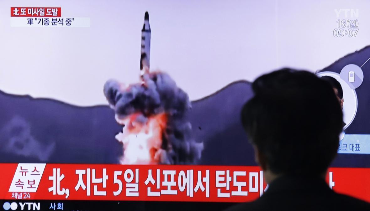 Muž sleduje v jihokorejské televizi zpravodajství o odpálení severokorejské rakety