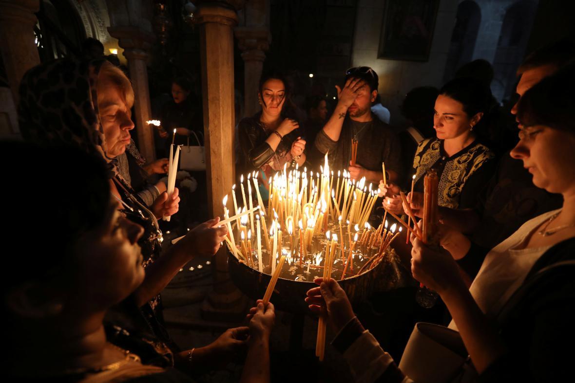 Křesťané v jeruzalémském Starém Městě zapalují svíčky při průvodu na velikonoční mši