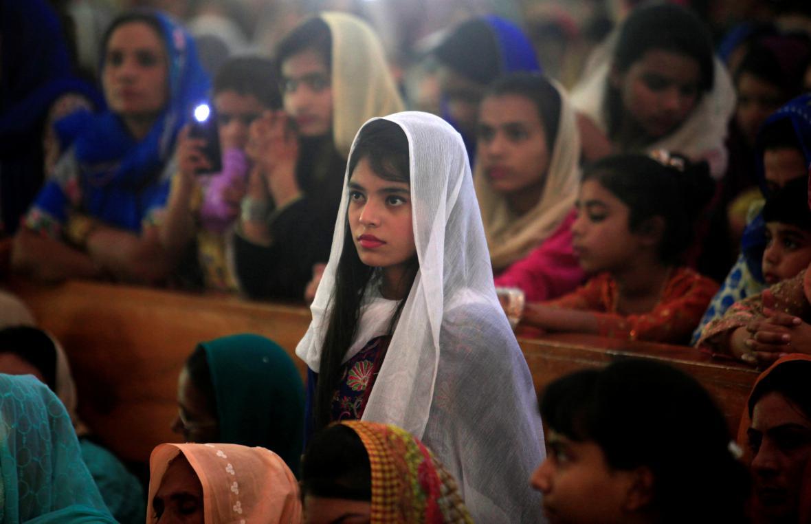 Dívka na velikonoční mši v pákistánském Islámábádu
