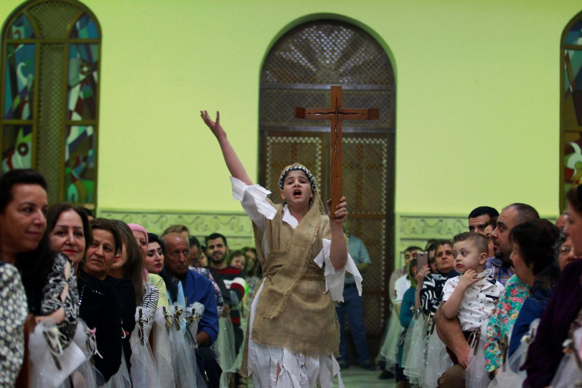 Iráčtí křesťané na mši v kostele chaldejské církve v Bagdádu