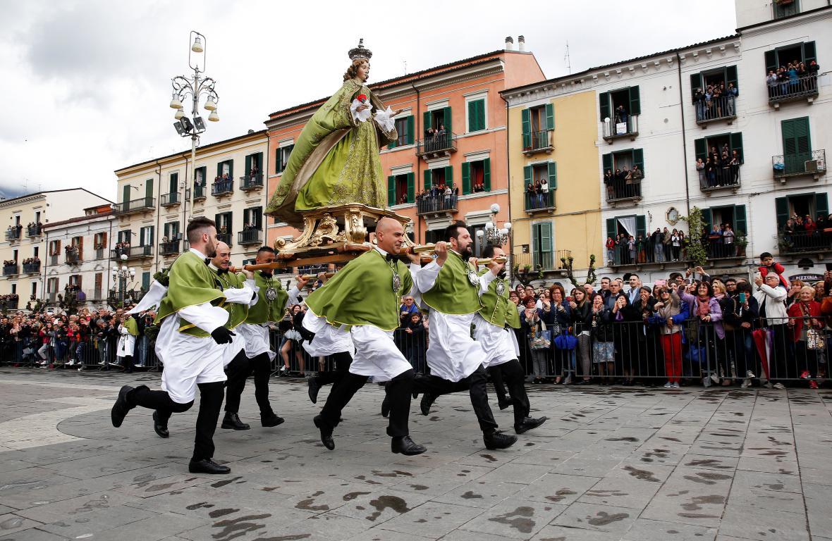 Členové Bratrstva Panny Marie Loretánské při nedělní oslavě Velikonoc v italské Sulmoně