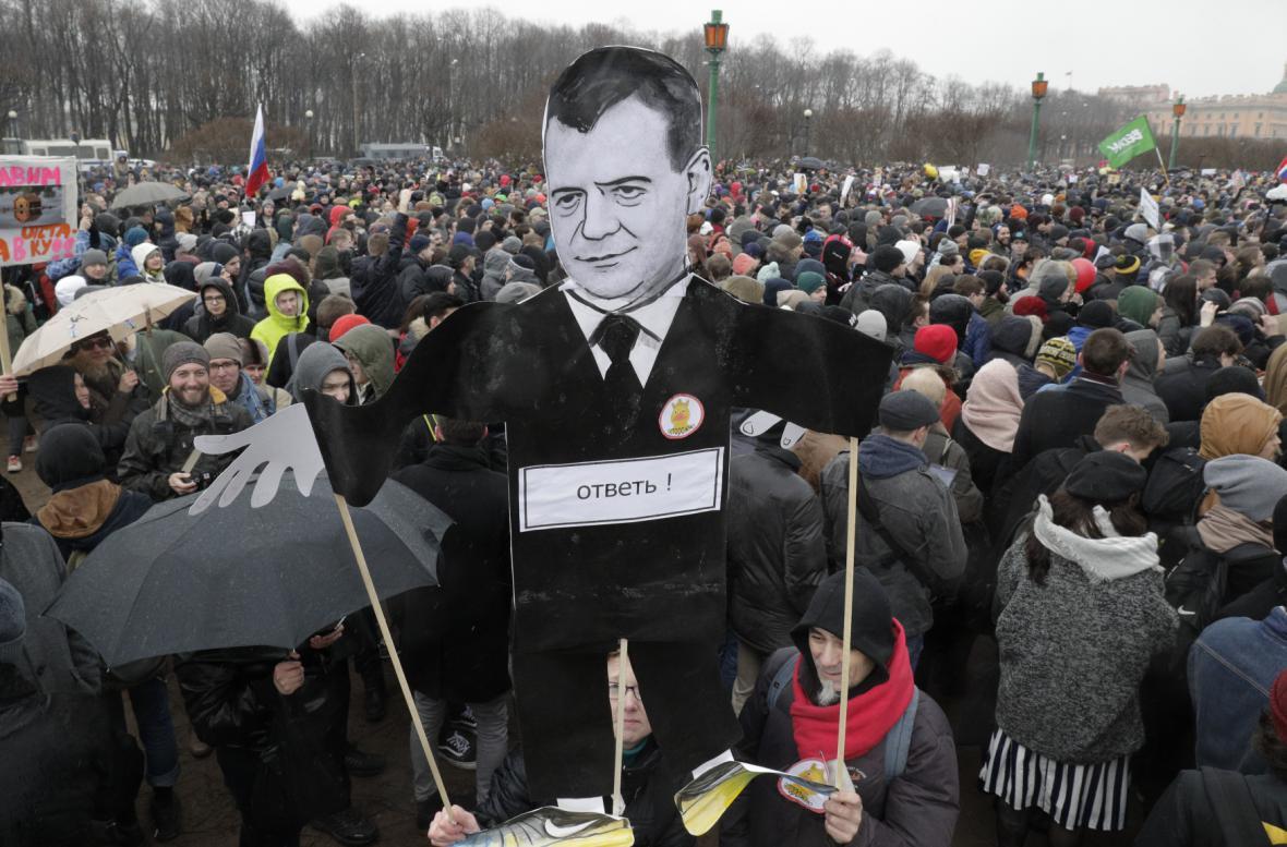 Ilustrační foto zachycuje největší protivládní demonstraci v Petrohradu za poslední roky letos v březnu.