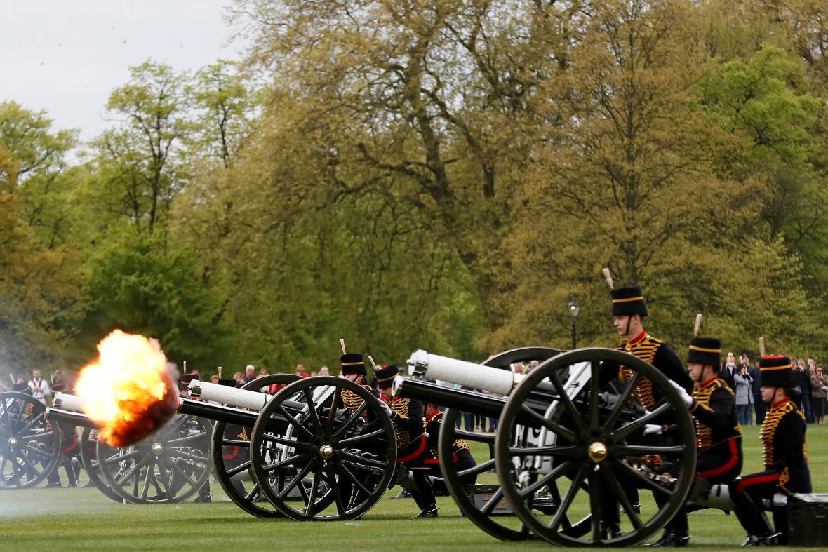 Čestná salva pro Alžbětu II.