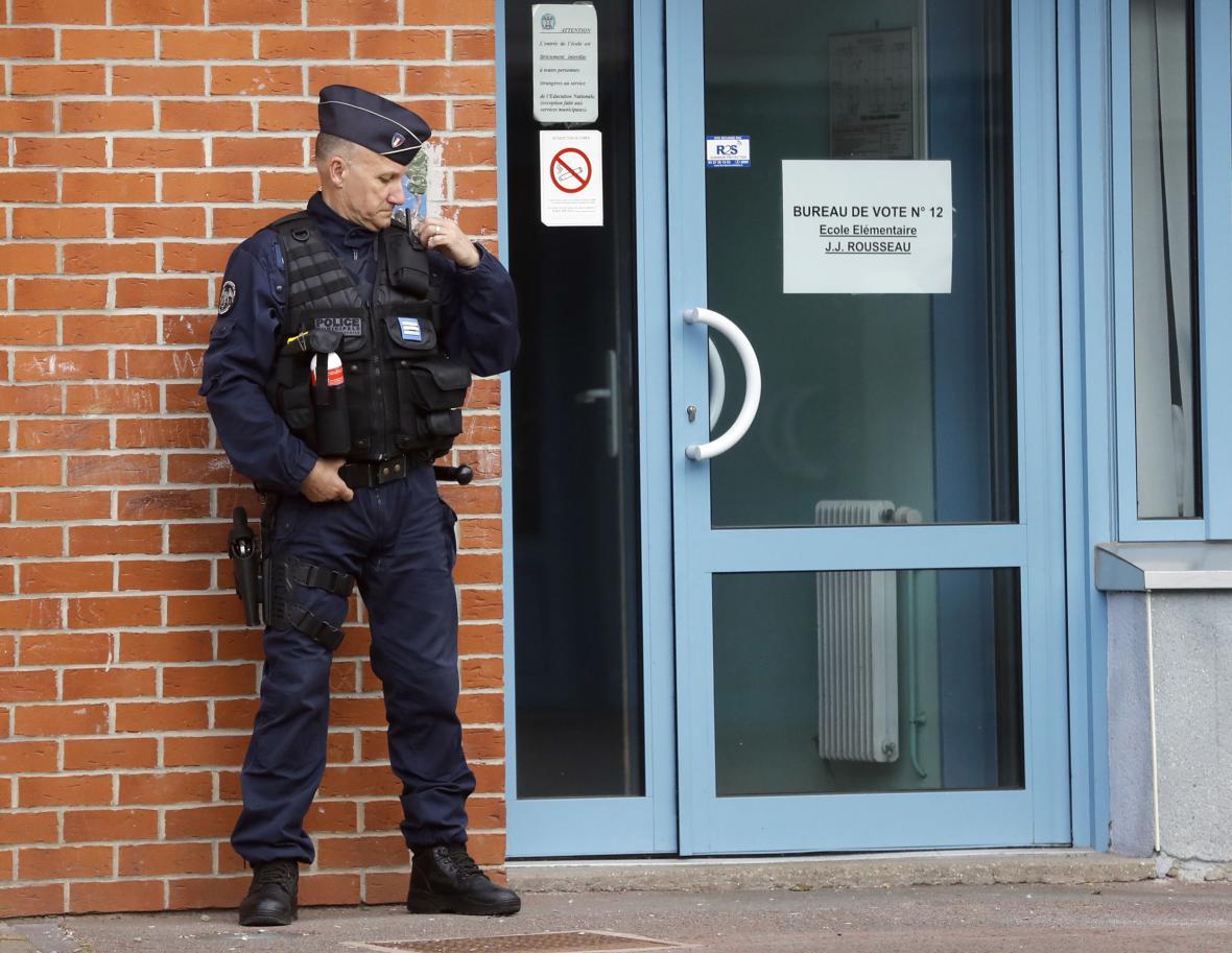 Na volby dohlíží policie i armáda