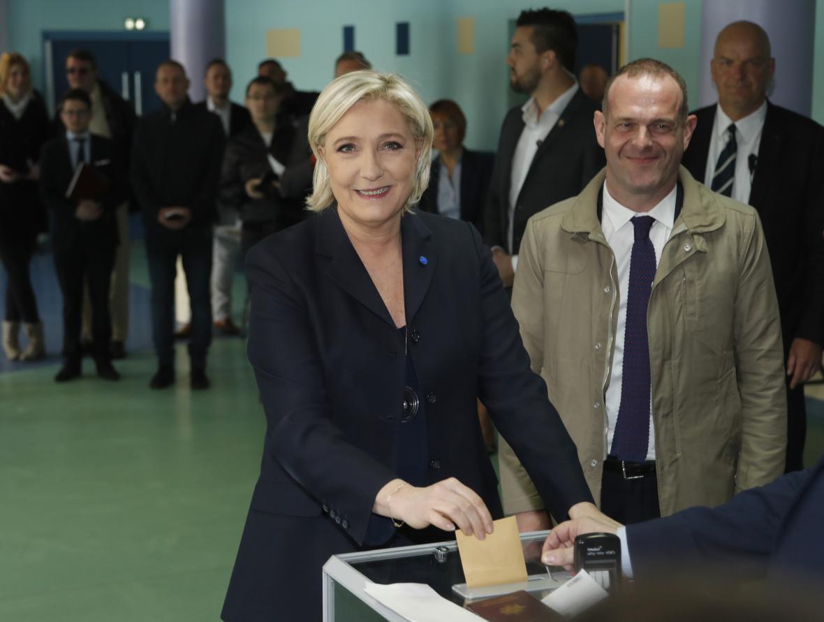 Marine Le Penová volí ve francouzských prezidentských volbách