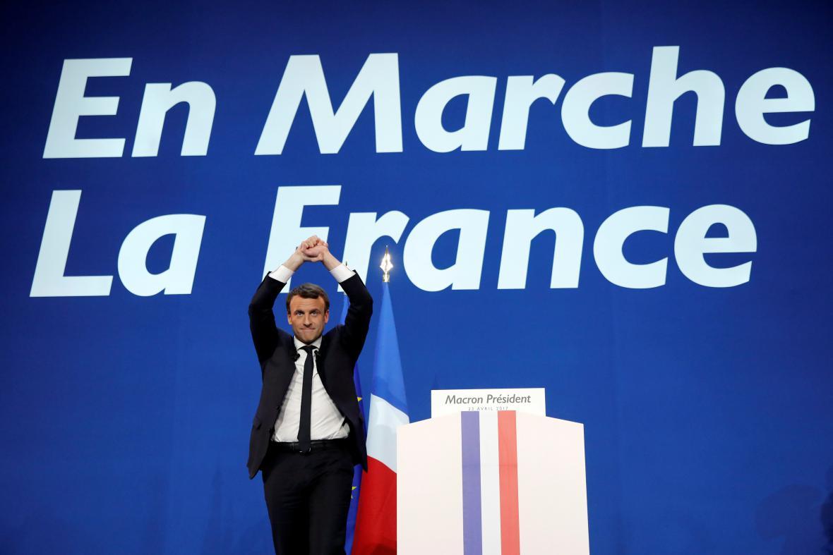 Vítězné gesto Emmanuela Macrona