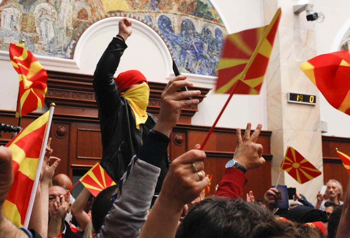 Dav lidí po vniknutí do budovy parlamentu ve Skopje