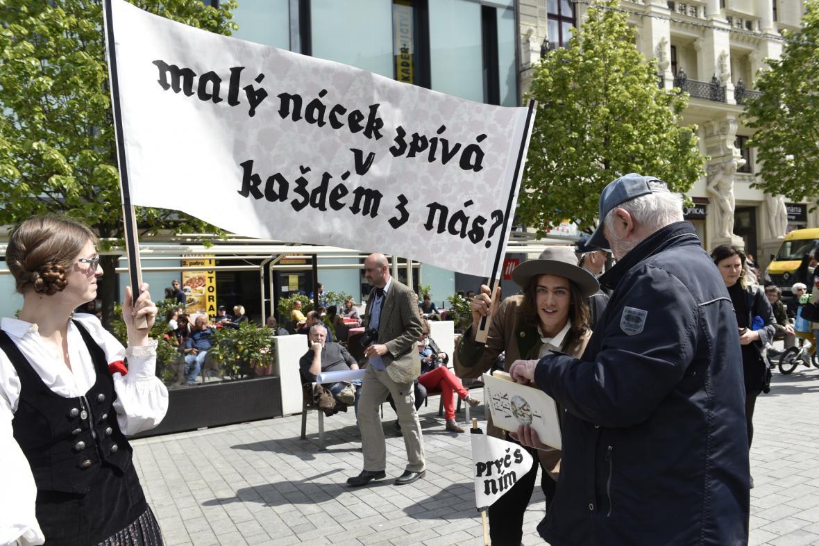 Příznivce krajní pravice a antifašisty museli od sebe držet těžkooděnci