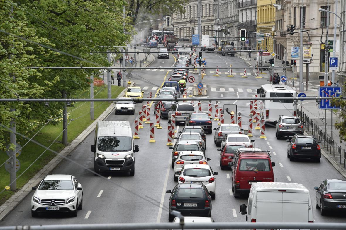 Kolony aut v centru Brna