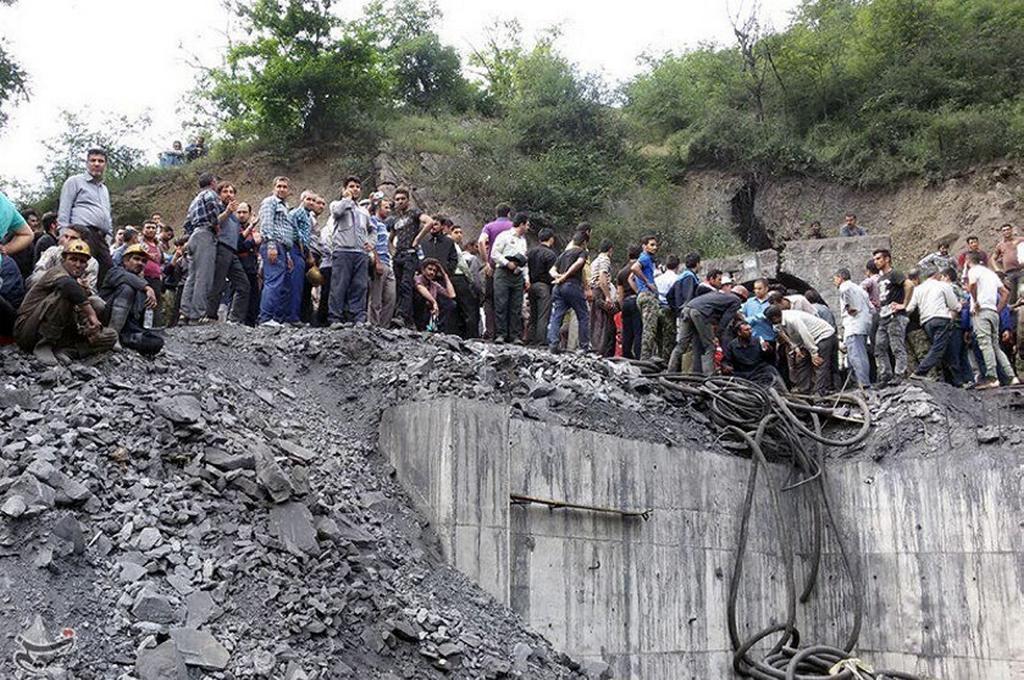 Lidé před íránským dolem, ve kterém došlo k výbuchu