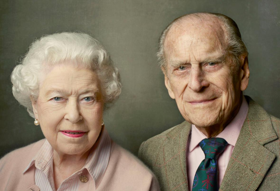 Královna Alžběta II. a princ Philip na oficiálním portrétu
