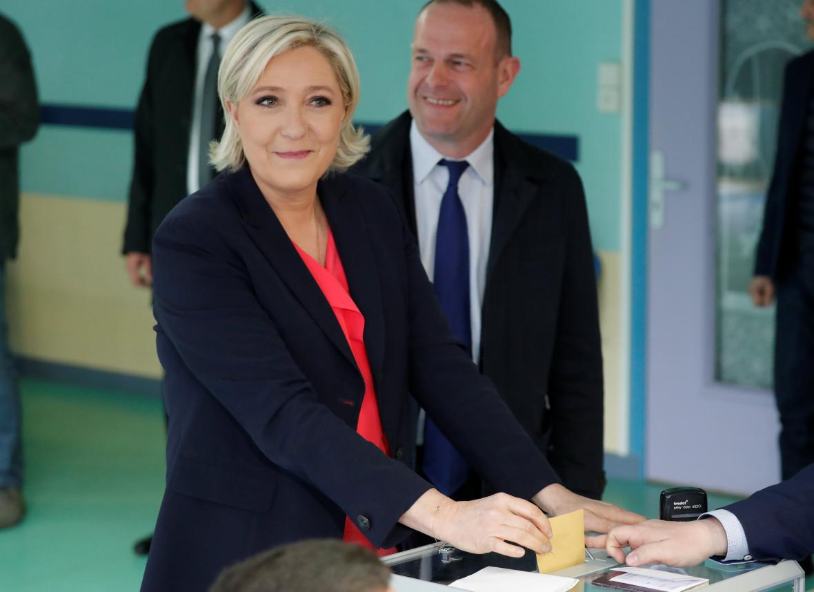 Marine Le Penová hlasuje ve své baště Hénin-Beaumont na severu země