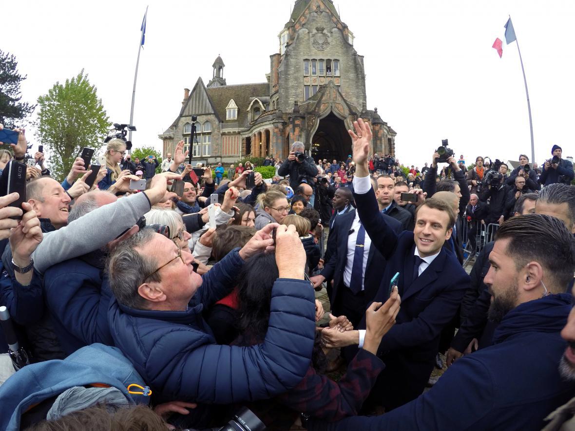 Macron mezi svými příznivci v Le Touquet