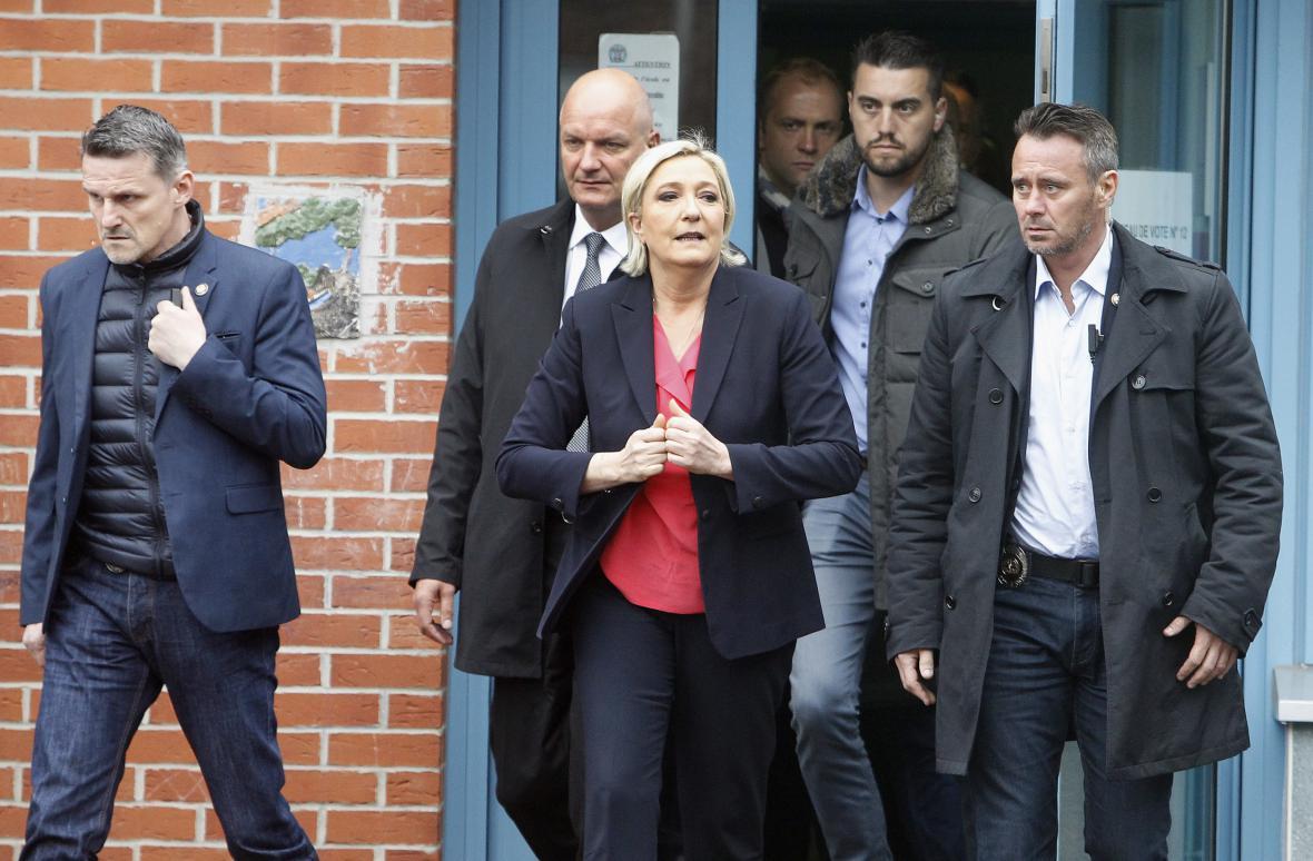 Le Penová opouští volební místnost