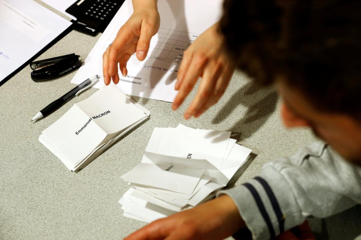 V zemi se rozbíhá sčítání hlasů