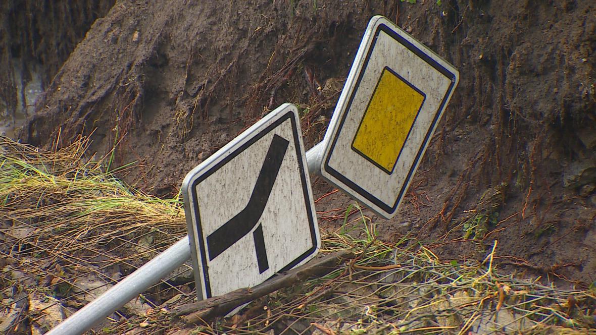 Sesuv silnice po bouřce v Letovicích