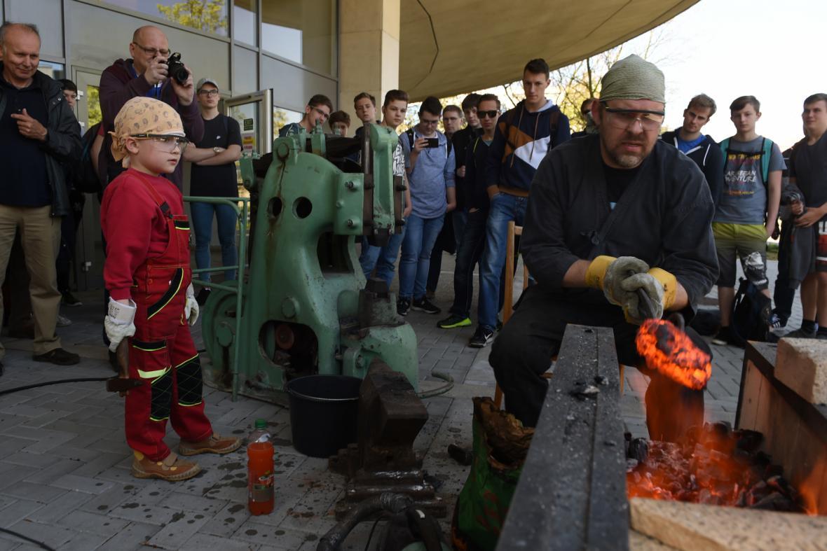 Mečíř Pavel Bolf tvaruje ingot pro železný meč