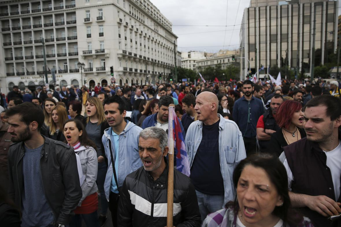 Řekové protestují proti úsporným opatřením