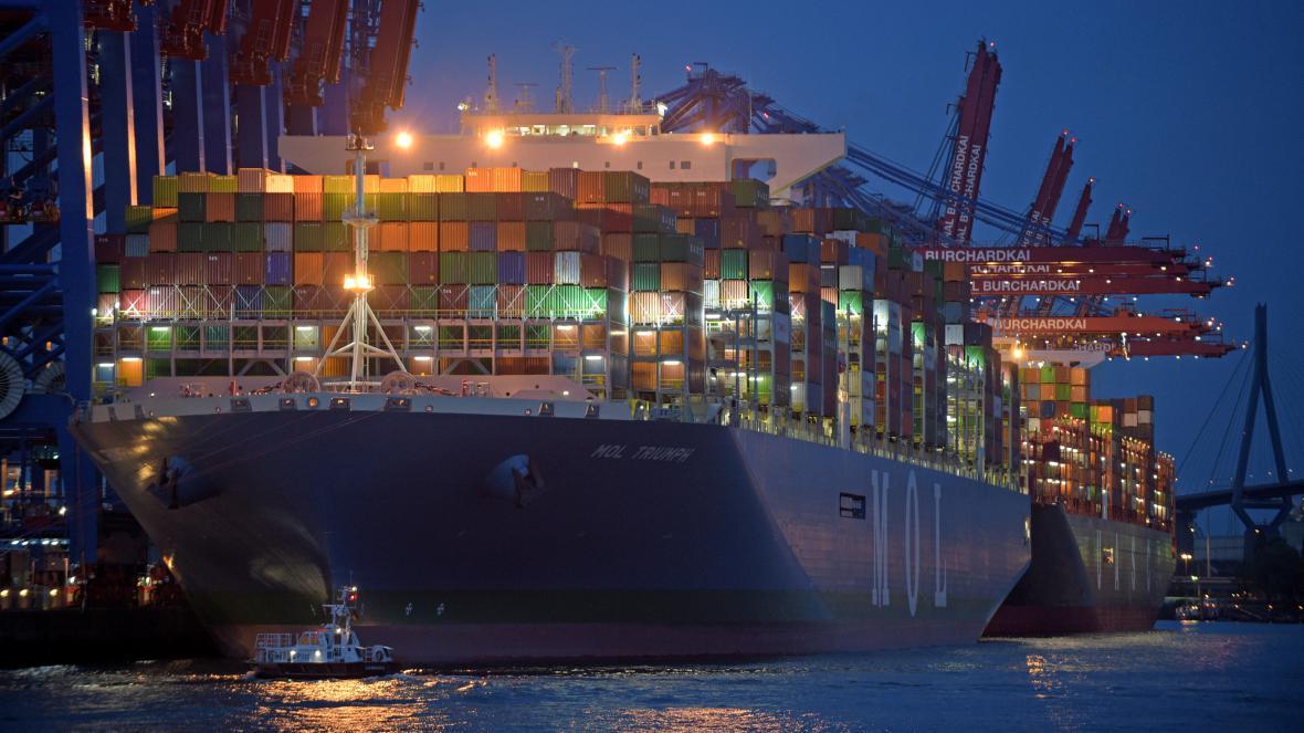 Největší nákladní loď světa Mol Triumph v hamburském přístavu