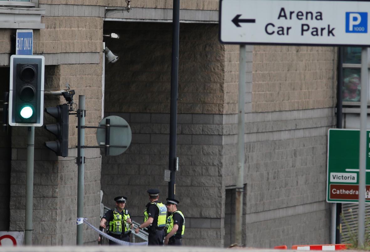 Policie u vjezdu do haly v Manchesteru