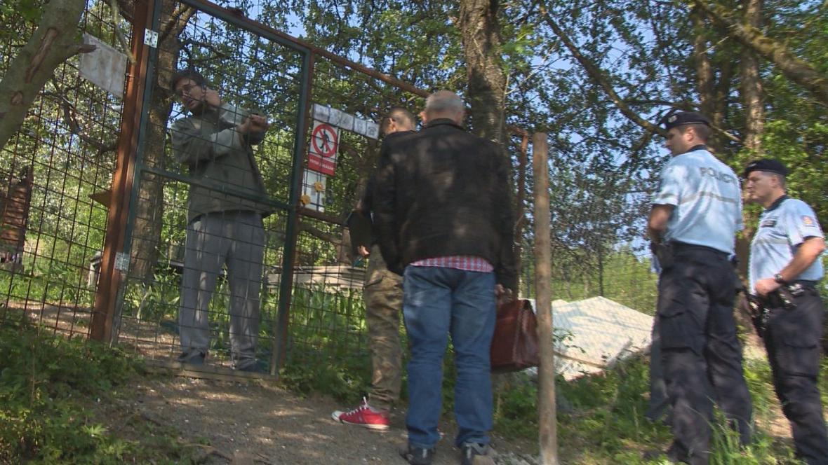 Exekutor s policisty zůstal před lvím výběhem
