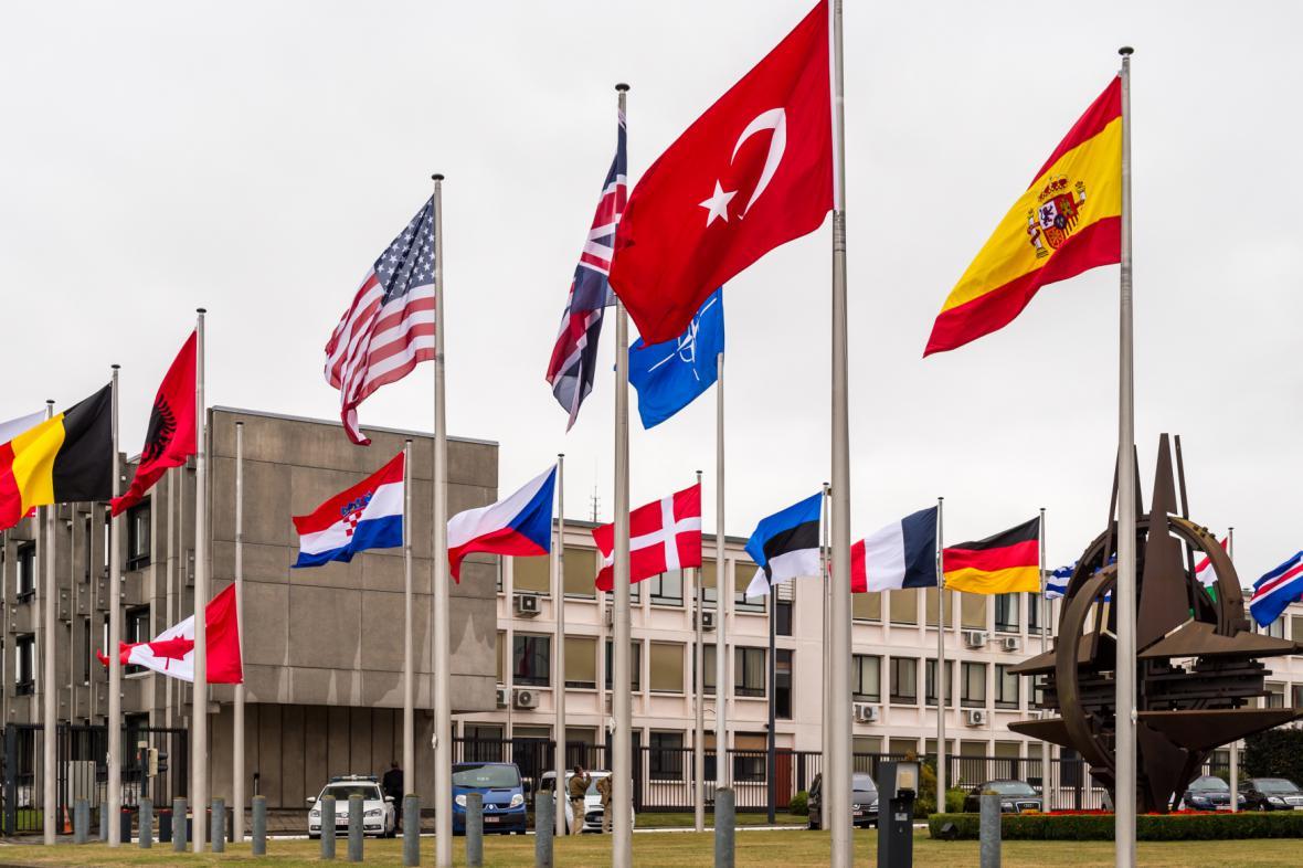 Turecká vlajka před sídlem Severoatlantické aliance v Bruselu