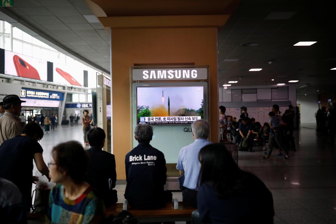 Lidé na nádraží v Soulu sledují zpravodajství o severokorejském testu