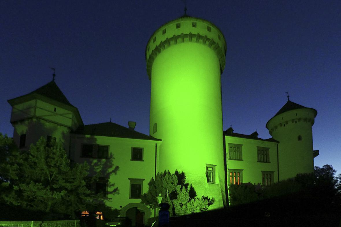 U příležitosti Světového dne roztroušené sklerozy byly některé budovy nasvíceny zeleným světlem