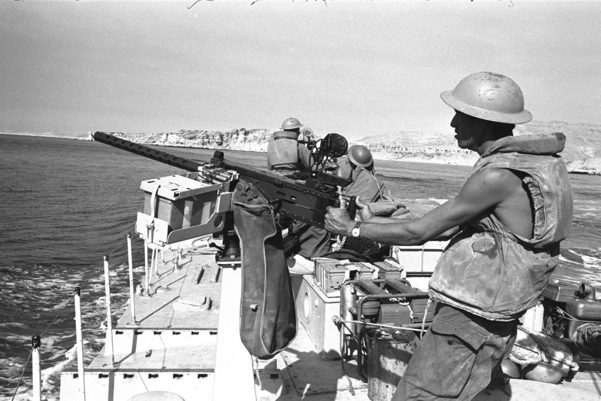Padlý egyptský voják a zničené tanky na pozadí během bojů izraelských vojsk s arabskými na Sinajském poloostrově během šestidenní války v červnu 1967.