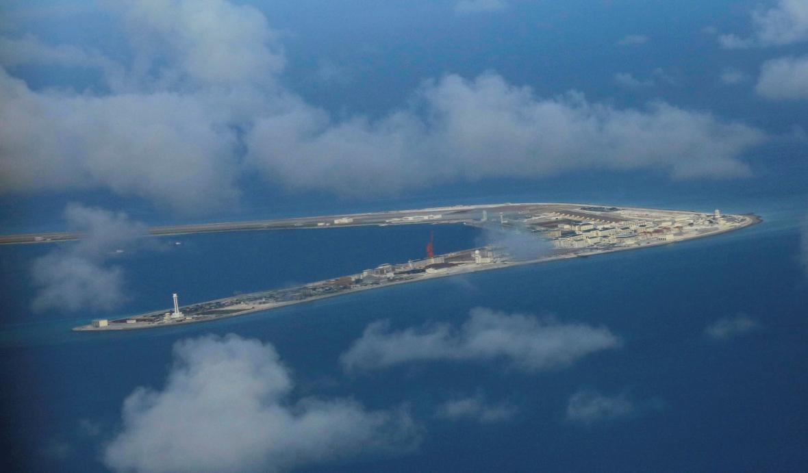 Čínská základna na jednom ze Spratlyho ostrovů