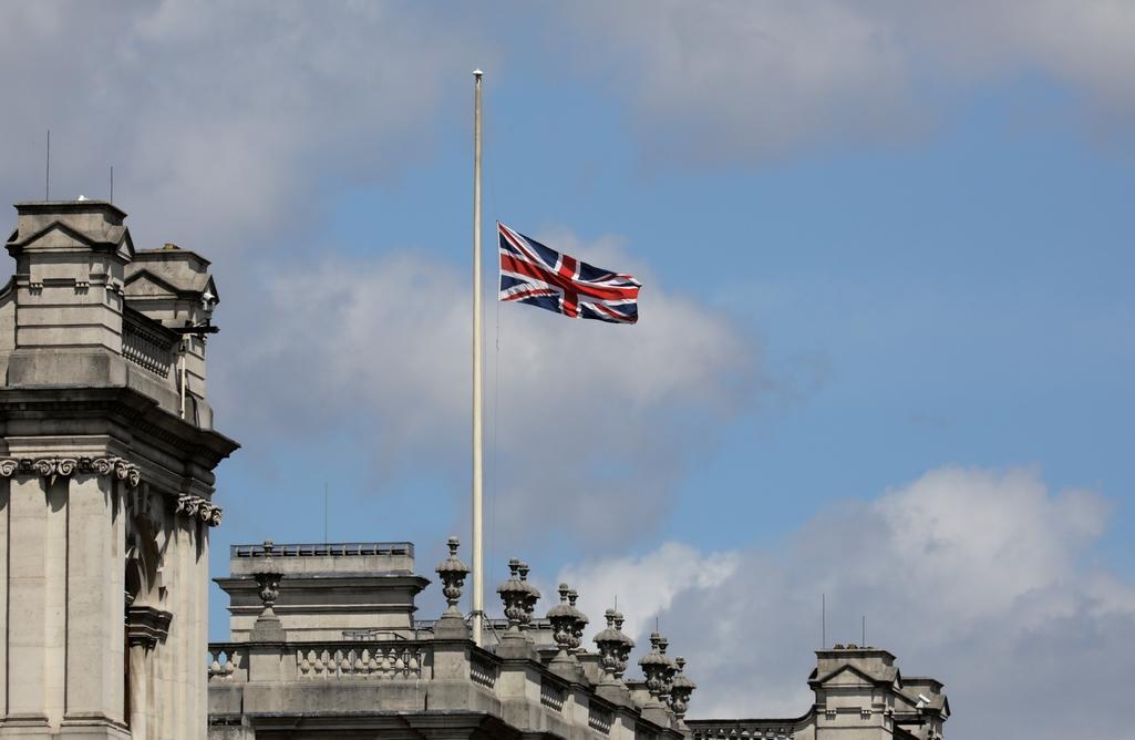 Vlajka na půl žerdi nad Buckinghamským palácem