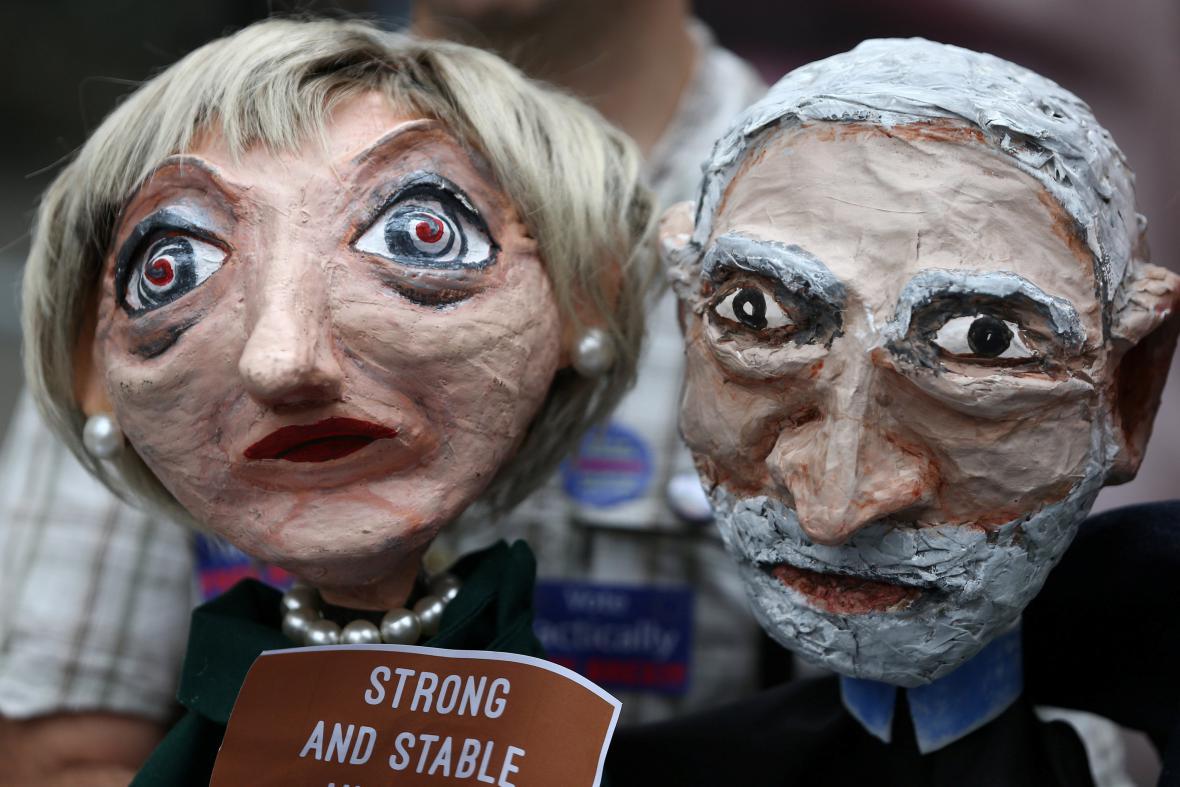 Loutky šéfky konzervativců Theresy Mayové a lídra labouristů Jeremyho Corbyna